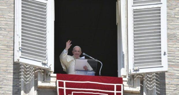 Papa Francisco saúda fiéis na Praça de São Pedro | Foto: Vatican Media
